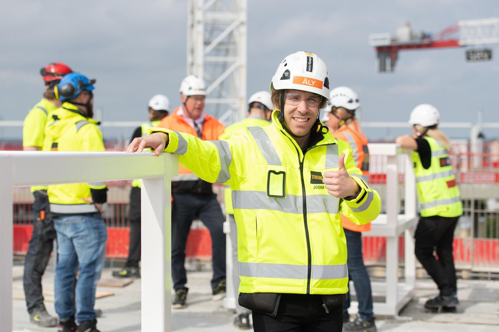 Joona Fahlström on apunasi työmaiden sähköistyksessä